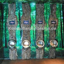 011_halbe_baumstaemme_im_toilettenbereich